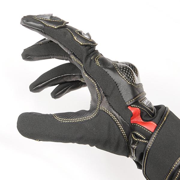 """""""指マチにストレッチ素材を使用する事でストレスフリーな装着感を実現。掌側は耐久性の高いゴートレザーを使用"""""""